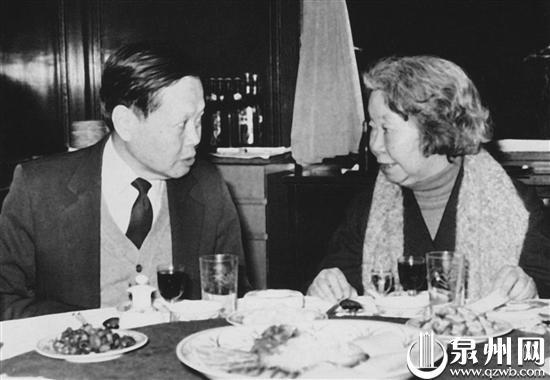谢希德与杨振宁教授在一起交谈(1985年)