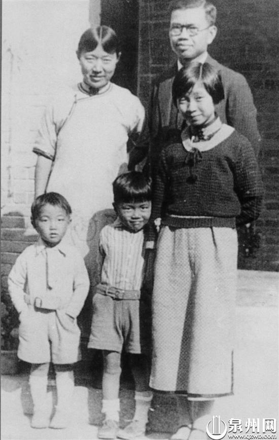 谢希德(前排右一)与父母合影